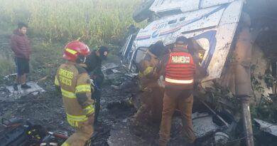 Chofer queda prensado tras voltearse y lo rescatan con vida en Texcoco