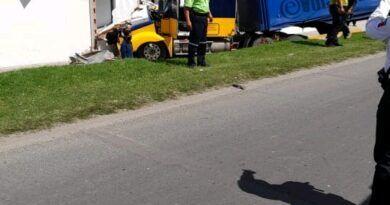 Aparatoso choque de trailer contra autos en Toluca