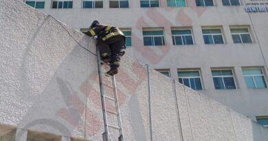 Intenta arrojarse de último piso en Hospital de Toluca y lo rescatan