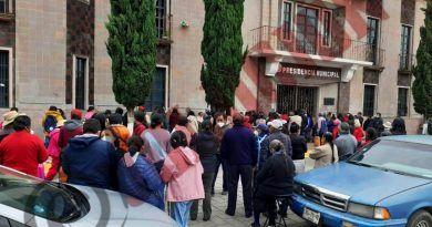"""Le protestaron al alcalde de Xonacatlán por desorden logístico de Pensión de """"65 y Más"""""""