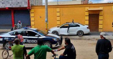 En Xonacatlán, sujeto en estado etílico arrolla a bicitaxista y choca a otro auto