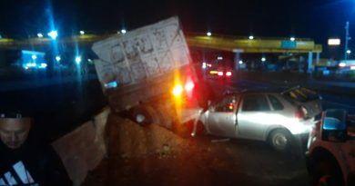 Camión de carga con fallas mecánicas provoca aparatoso accidente