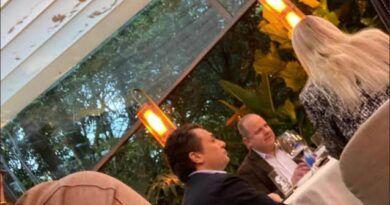Tunden en redes a Emilio Lozoya tras ser captado en lujoso restaurante